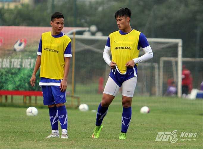 Trên sân tập của U23 Việt Nam chiều 7/5, tiền đạo Việt kiều có động tác kéo quần rất ngộ nghĩnh.