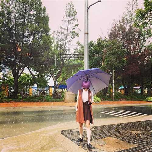 Tóc Tiên nhuộm mái tóc tím, ăn mặc cực chất khi xuống phố ở Đà Lạt.