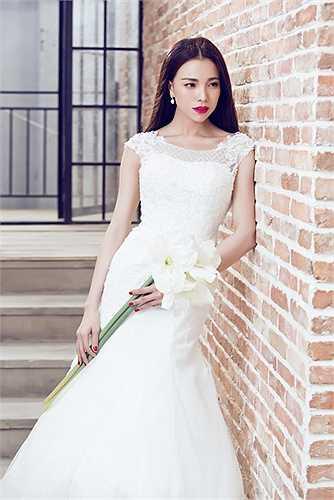 Trà Ngọc Hằng khoác lên mình bộ váy cưới tinh khôi.