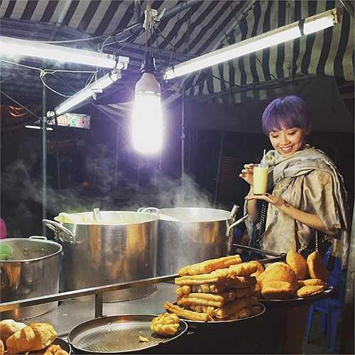 Tóc Tiên dành thời gian đi ăn những món đồ bình dị vỉa hè nơi đây.