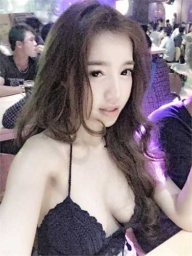 Elly Trần hờ hững vòng một vô cùng sexy.