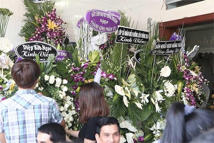 Nhiều nghệ sỹ dù không có mặt cũng gửi hoa.