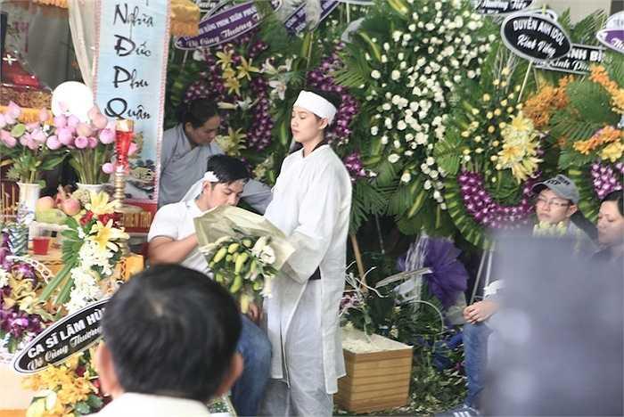 Vợ Duy Nhân tất bật chuẩn bị lễ tang cho chồng.