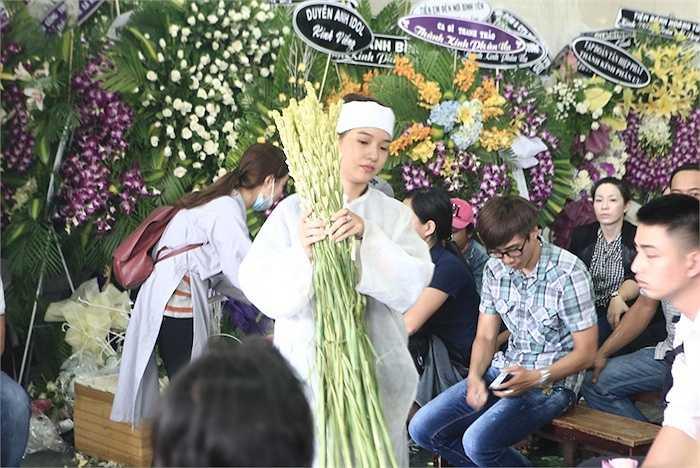 Số lượng hoa gửi đến đám ma Duy Nhân rất lớn nên mọi người rất vất vả để di chuyển số hoa viếng này.