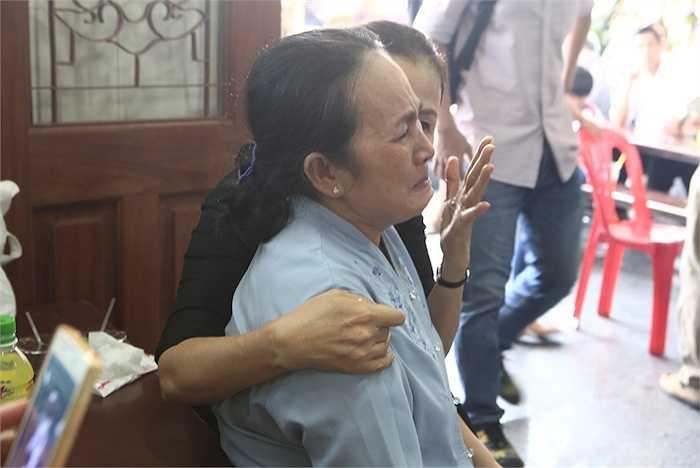 Mẹ Duy Nhân liên tục khóc vì thương nhớ con.