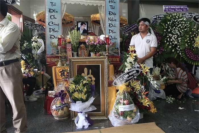 Bàn thờ nam người mẫu ở Vãng Sanh Đường.