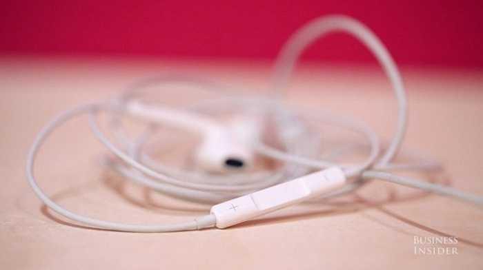 Nếu dùng tai nghe Apple, bạn có thể nhấn nút âm lượng trên dây để chụp ảnh, quay video.
