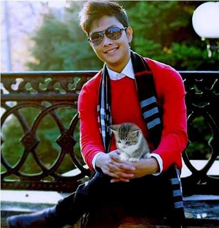 Du học Nga khi 20 tuổi, Hồ Thành Công - chàng trai xứ Nghệ bỗng dưng nổi như cồn với hàng loạt các video về chú Mèo mun hài hước, đáng yêu như 'kinh nghiệm xin tiền mẹ của Mèo mun'; 'Mèo mun hồi tưởng về tuổi thơ dữ dội'; 'Mèo mun kể chuyện ngắm gái nước ngoài'