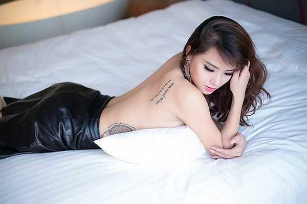 Cô không ngại bán khỏa thân trước ống kính máy ảnh để khoe hình xăm trên cơ thể