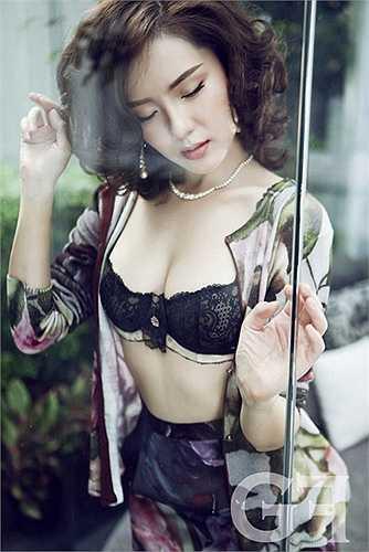 Một hình ảnh quyến rũ và rất đàn bà của nữ ca sĩ Phương Linh