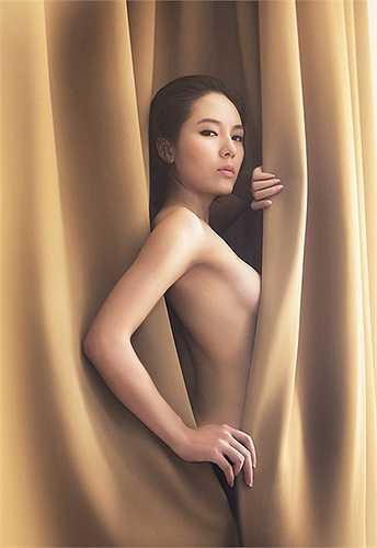 Một hình ảnh trút xiêm y đầy dạn dĩ của Phương Linh