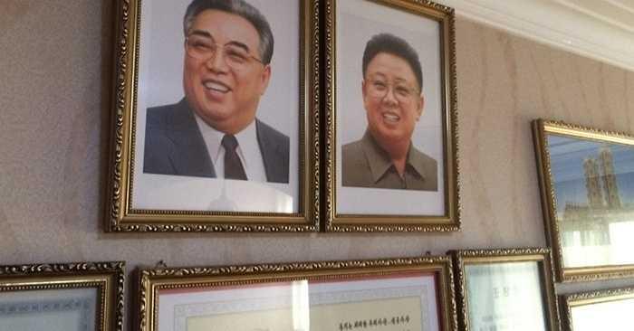 Trong nhà của các gia đình ở Triều Tiên có treo hình ảnh Cố Chủ tịch Kim Nhật Thành và Cố Chủ tịch Kim Jong-il