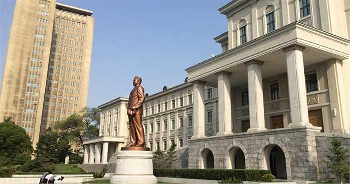 Ảnh chụp học sinh cúi đầu trước bức tượng của Cố Chủ tịch Kim Nhật Thành