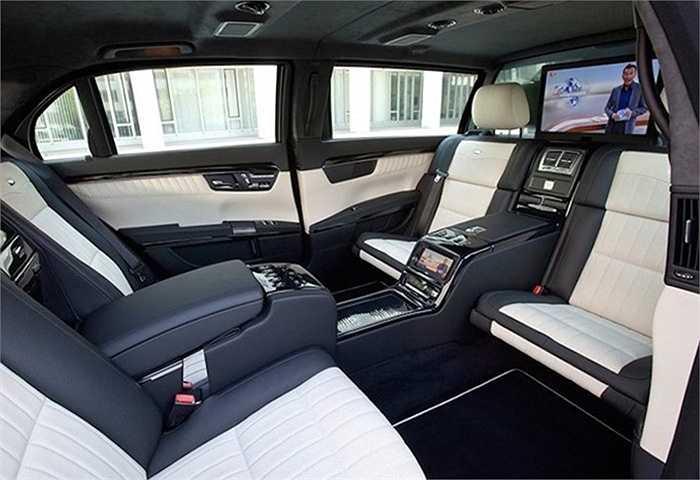 Tuy nhiên, khoang phía sau được đặt cách biệt với ghế lái và có 4 chiếc ghế đặt đối diện nhau.