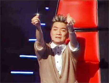 Hình ảnh đi vào 'huyền thoại' khi Mr Đàm lấy nhẫn kim cương ra để 'dụ' thí sinh về đội của mình trong 'Giọng hát Việt'.
