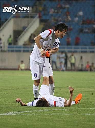 Trong khi đó U23 Hàn Quốc được xem là 'vua thể lực' ở châu Á lại tỏ ra đuối hơi cuối trận. (Ảnh: Nhạc Dương)