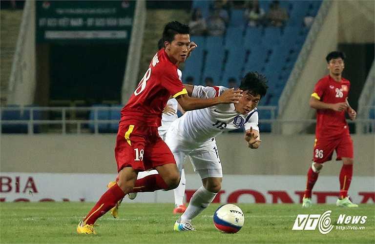 Dù thua kém về thể hình nhưng U23 Việt Nam không thua kém trong những tình huống tranh chấp tay đôi. (Ảnh: Nhạc Dương)