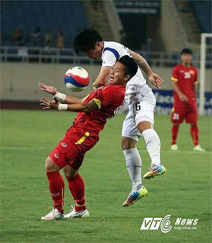 Cũng vì thi đấu qua nhiệt, U23 Việt Nam sớm tổn thất lực lượng. Phi Sơn là người đầu tiên phải rời sân vì chấn thương.