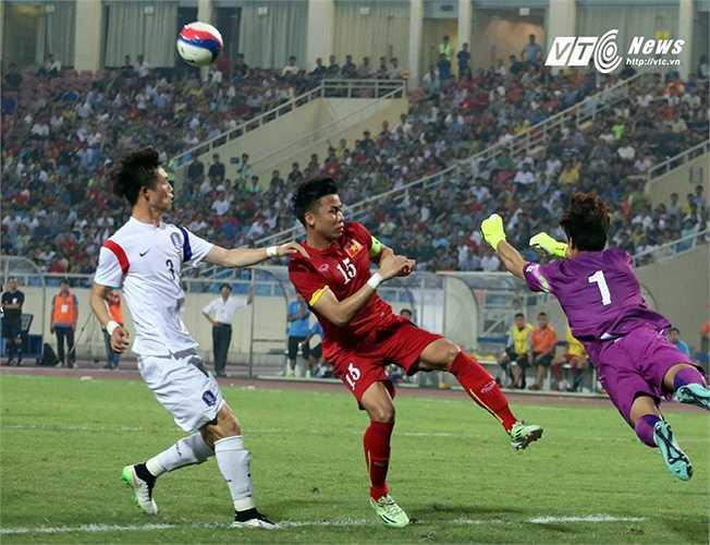Thậm chí là những tình huống bóng bổng nhưng đều không thể làm mành lưới đội bóng xứ Kim Chi rung lên. (Ảnh: Nhạc Dương)