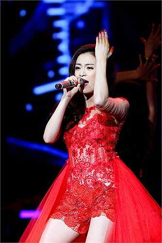 Để làm mới ca khúc Rơi trên sân khấu Bài hát yêu thích, Hoàng Thùy Linh đã nhờ DJ SlimV remix lại cho thêm phần sôi động. Lợi thế vũ đạo đã giúp cô 'ghi điểm' với khán giả.