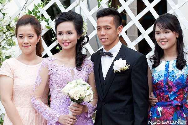 Cô dâu Huyền Mi xinh tươi hút hồn cùng chú rể Văn Quyết đón khách trước giờ làm lễ.