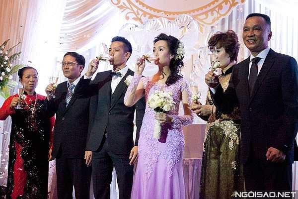 Văn Quyết và Huyền Mi dự định kết hôn vào tháng 4 nhưng lùi lại một tháng vì việc gia đình.