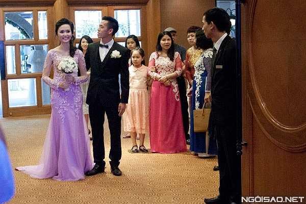 Chân sút Hà Nội khá hồi hộp trong khi tân nương của anh cười rạng rỡ khi hai người chuẩn bị bước vào hội trường.