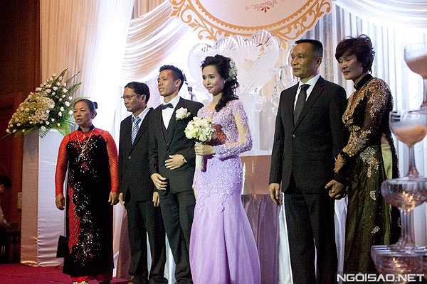 Bố mẹ cô dâu chú rể cùng lên sân khấu khi Văn Quyết và Huyền Mi làm lễ.