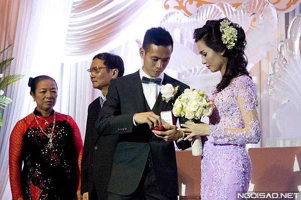Văn Quyết hồi hộp trao nhẫn cưới cho cô dâu xinh đẹp.