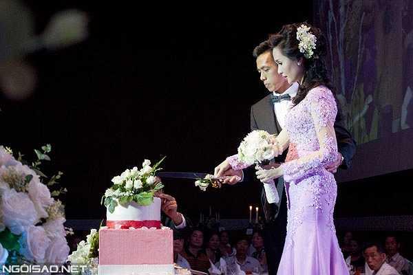 Cặp đôi cùng nhau cắt bánh cưới...