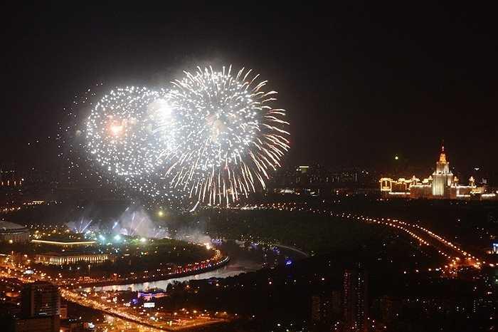 Những chùm pháo hoa khổng lồ bao trùm thành phố