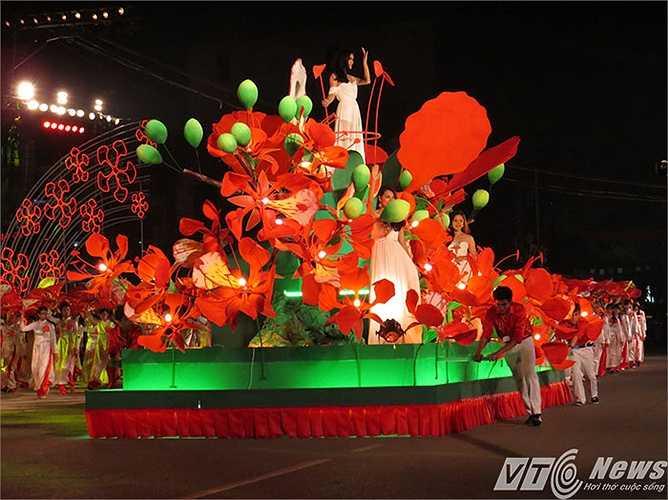 Hoa phượng đỏ, một loài hoa đặc trưng, được lấy làm biểu trưng của Thành phố.