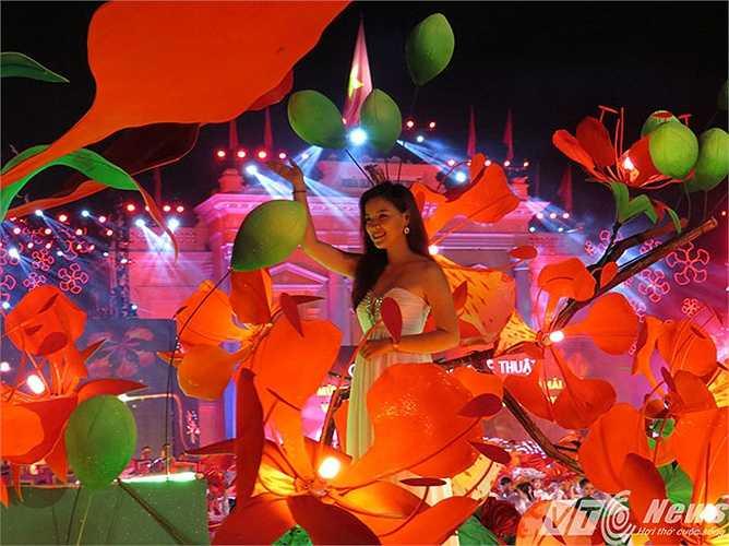 Thiếu nữ Hải Phòng bên nhành hoa phượng đỏ