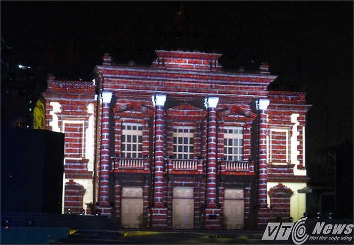 Chương 'Dấu ấn lịch sử', được trình chiếu bằng công nghệ 3D ngay phía trước Nhà hát Thành phố - Một di tích lịch sử đã được xếp hạng.