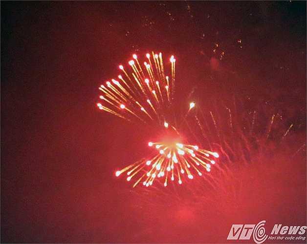Kết thúc chương trình nghệ thuật, thành phố Hải Phòng bừng sáng bởi màn bắn pháo hoa tại 5 địa điểm trên toàn thành phố. Đúng 0h ngày 10/5, hàng vạn người dân đã được thưởng thức màn bắn pháo hoa tầm cao tại 2 điểm là Nhà triển lãm thành phố và Hồ An Biên - (Minh Khang).