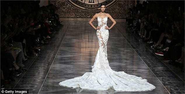 Siêu mẫu người Nga tự tin sải bước catwalk với chiếc váy cưới của nhãn Pronovias.