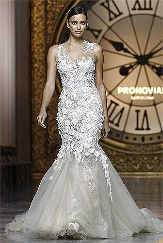 Đây là mẫu váy cưới nằm trong bộ sưu tập Atelier Pronovias 2016 của Pronovias.