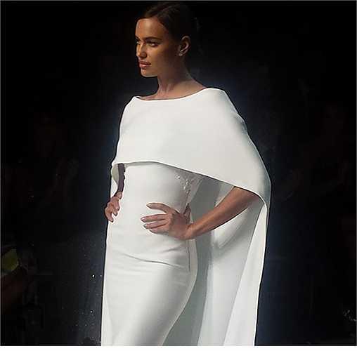 Irina trình diễn một mẫu váy cưới khác của Pronovias.