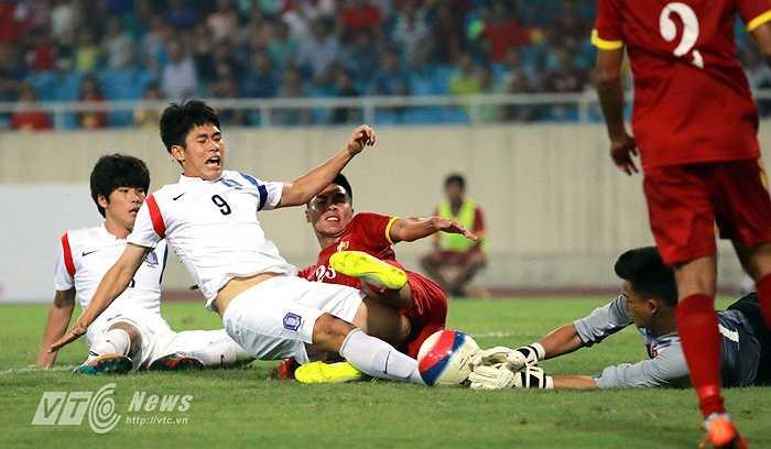 Ở những giây cuối cùng của trận đấu, Văn Tiến phải rất nỗ lực mới ôm gọn bóng trong một tình huống căng ngang của cầu thủ đối phương. (Ảnh: Quang Minh)