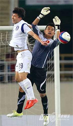 Nhưng ở trận đấu với U23 Hàn Quốc, Văn Tiến có nhiều tình huống ra vào thiếu hợp lý. (Ảnh: Quang Minh)