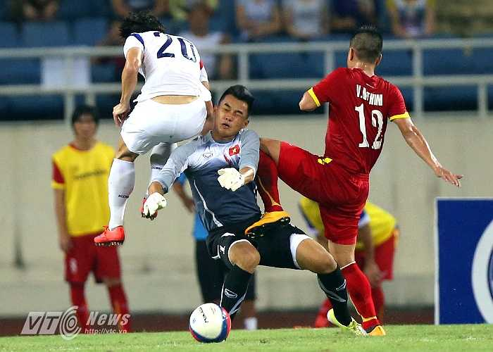 Nhưng trước đó, thủ thành này cũng có một tình huống băng ra bắt bóng ngoài vạch 16m50 khiến U23 Việt Nam phải nhận một quả phạt gián tiếp.