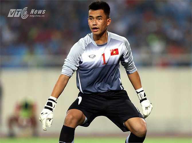 Tai hại hơn ở cuối trận đấu, Văn Tiến cũng băng ra nhưng để mất bóng vào chân cầu thủ U23 Hàn Quốc. Và một lần nữa, chỉ có may mắn mới giúp lưới của Văn Tiến không rung lên. (Ảnh: Quang Minh)