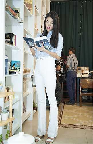 Hoa khôi Áo dài Lan Khuê chọn cho mình cuốn sách nổi tiếng, Lolita cho kỳ nghỉ cuối tuần này.