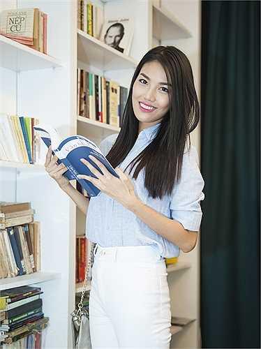 Đại diện của Việt Nam tại Hoa hậu Thế giới 2015 tự tin khoe sắc với style thanh lịch.