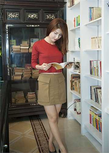 Người đẹp cũng rất thích thú với tiệm sách đặc biệt, được thiết kế theo kiểu boutique, được trang trí bằng nhiều vật dụng mang đậm văn hoá truyền thống Việt Nam như tủ gỗ cổ khảm xà cừ, tranh vẽ màu nước của danh hoạ Lưu Công Nhân, giá sách kiểu xưa…