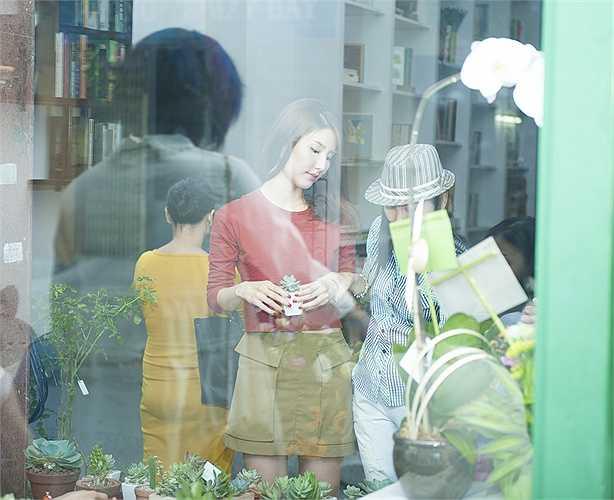 Cô cũng đặc biệt thích những chậu cây nhỏ xinh được bày bán và trang trí trong cửa hàng.
