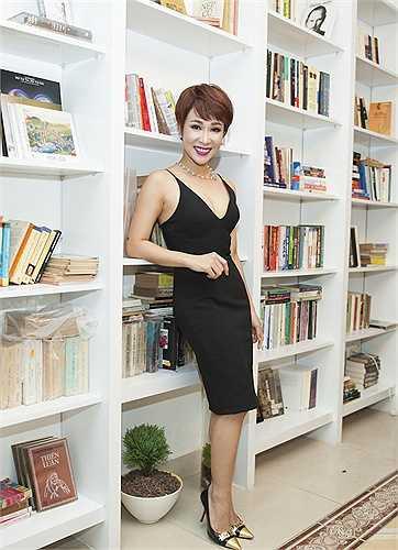Ca sỹ Uyên Linh tranh thủ đi mua sách trước khi đi diễn ở sân golf Long Thành.