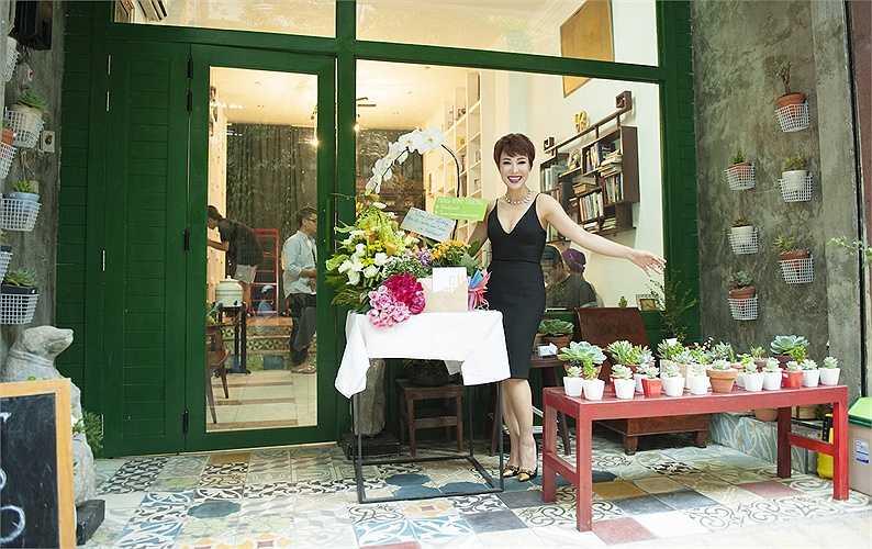 Cô cũng rất thích thú với những tiệm cây xanh nhỏ xinh, để trang trí cho căn phòng của mình thêm tươi tắn, ấm áp.