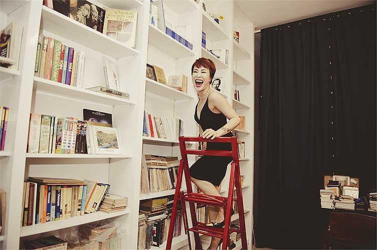 Người đẹp rất khoái chí với chiếc thang lấy sách đặc biệt, hiếm đâu có của 'chiếc tổ ấm áp dành cho người yêu sách' này.