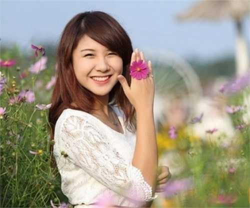 Thu Thủy sinh năm 1994, là hoa khôi tài năng năm 2013, từng lọt vào top 10 cuộc thi ảnh nữ sinh Việt Nam.